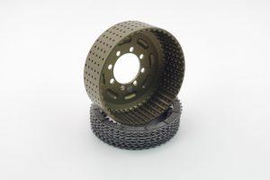 Kupplungskorb der Firma Kbike mit 48 Zähnen, welcher aus dem Vollen aus hochwertigem 7075 T6 Aluminium gefräst ist. Inklusive sind Reibscheiben auf Aluminiumträgern, zudem sind die Schrauben im Paket enthalten!